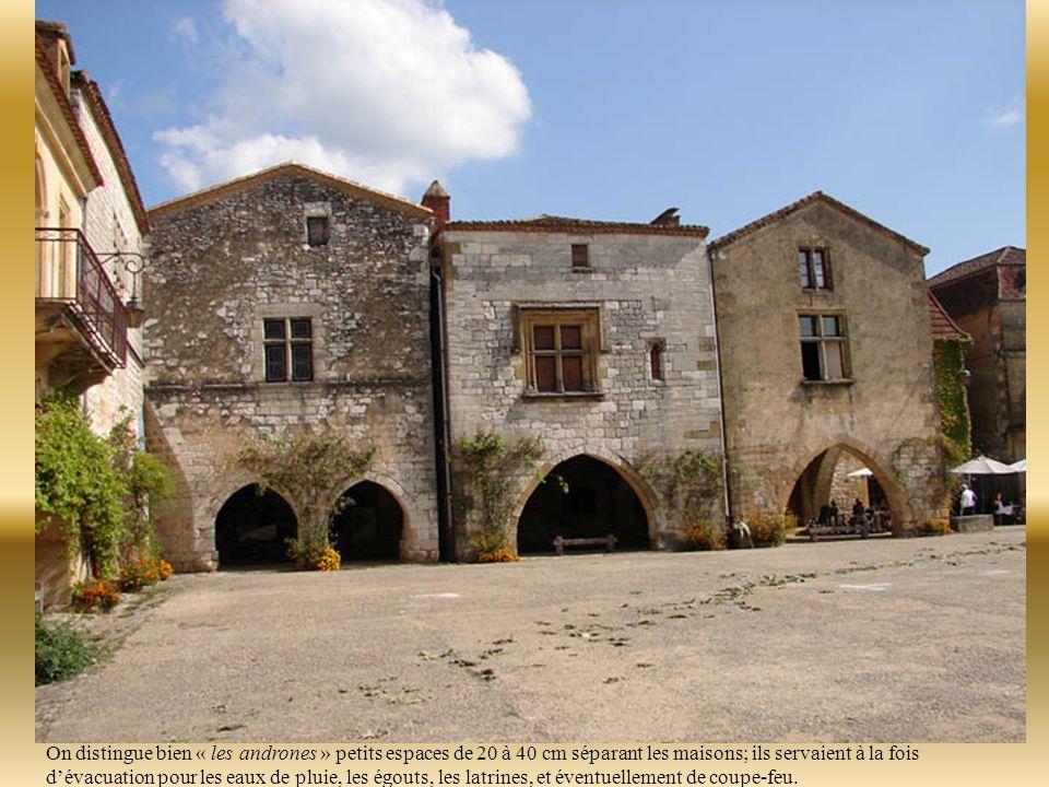 Le rez de chaussée était jadis dévolu aux activités artisanales et commerciales, l'espace habitable se concentrait à l'étage.