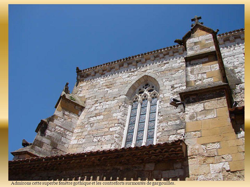 Soulignant une époque où le commerce prenait le pas sur le pouvoir religieux, l'église Saint Dominique ne trône pas au milieu de la place mais à l'extérieur prés de l'angle nord-est.