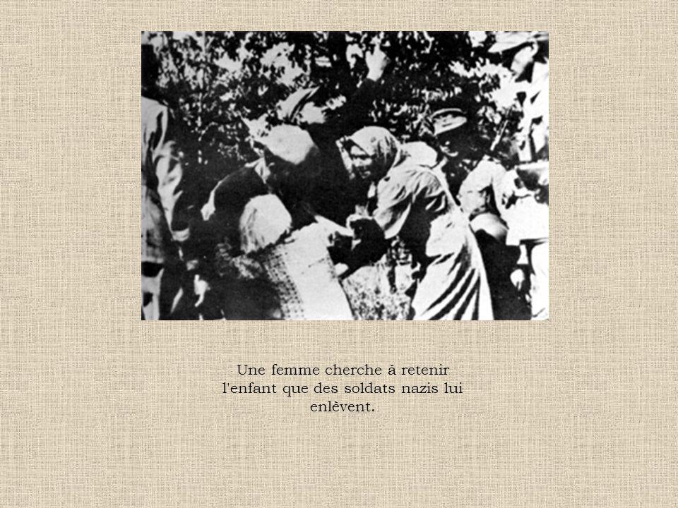 Une femme cherche à retenir l'enfant que des soldats nazis lui enlèvent.