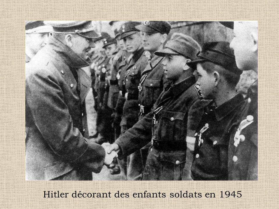 Hitler décorant des enfants soldats en 1945
