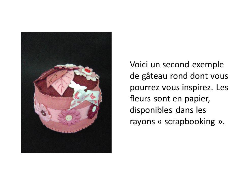 Voici un second exemple de gâteau rond dont vous pourrez vous inspirez. Les fleurs sont en papier, disponibles dans les rayons « scrapbooking ».