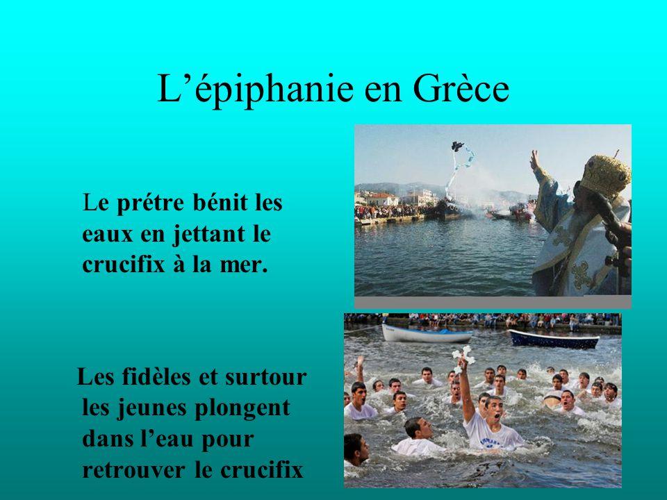L'épiphanie en Grèce Le prétre bénit les eaux en jettant le crucifix à la mer. Les fidèles et surtour les jeunes plongent dans l'eau pour retrouver le