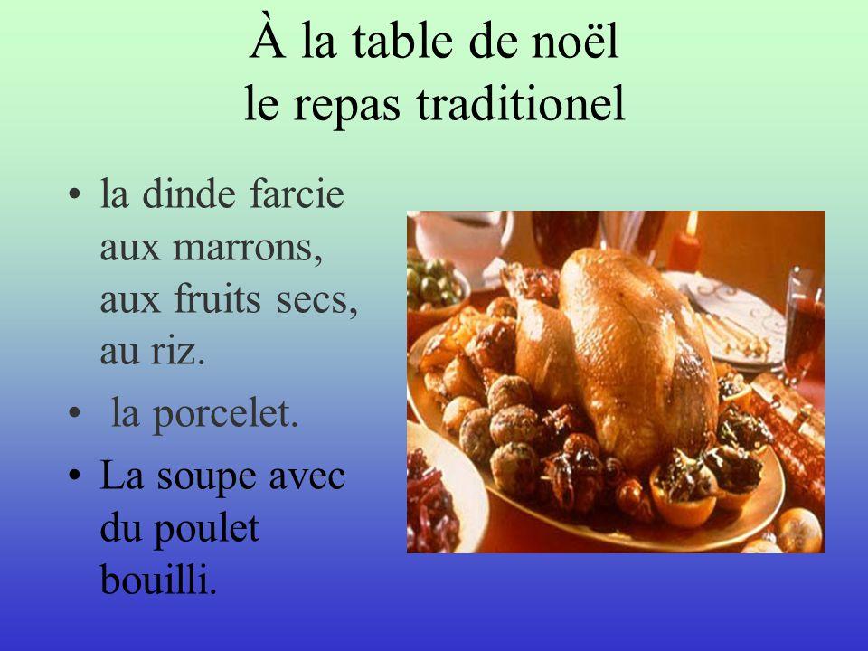 À la table de noël le repas traditionel la dinde farcie aux marrons, aux fruits secs, au riz. la porcelet. La soupe avec du poulet bouilli.