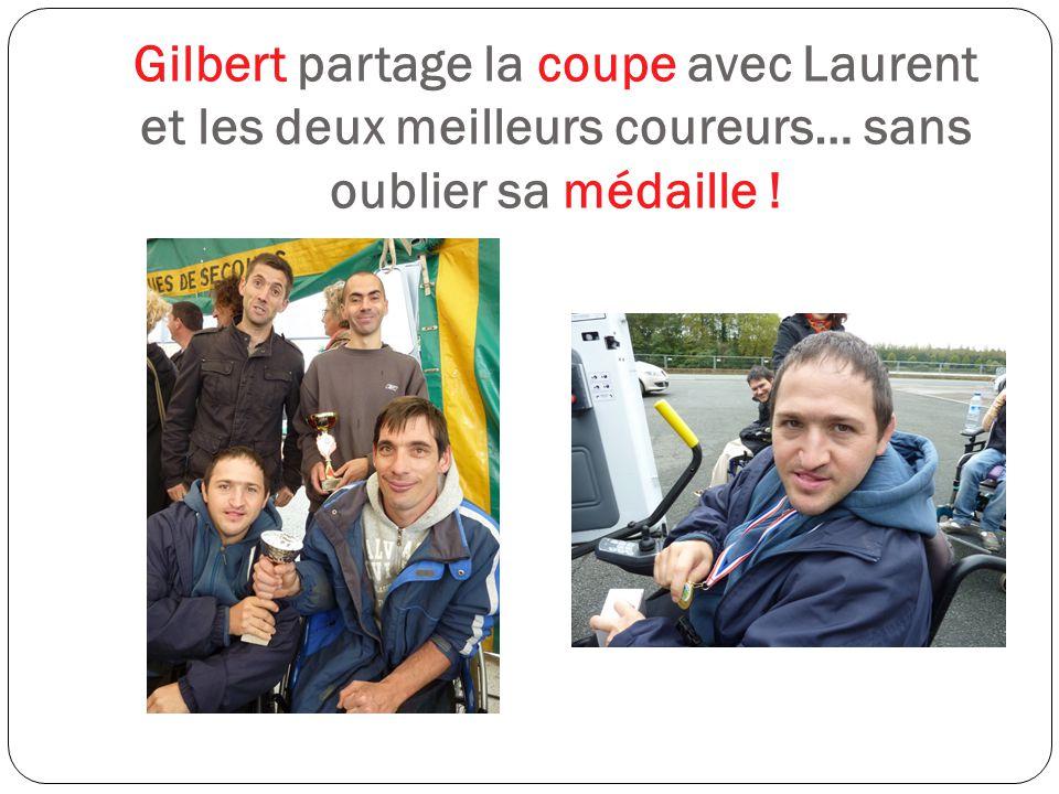 Gilbert partage la coupe avec Laurent et les deux meilleurs coureurs… sans oublier sa médaille !