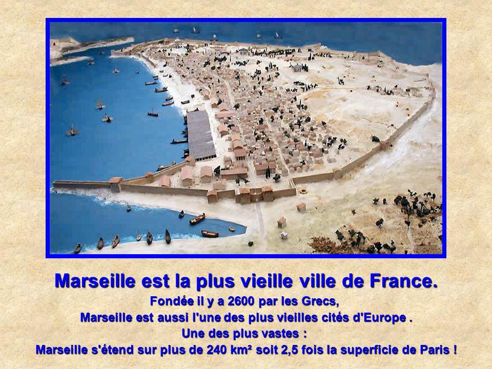 Marseille est la ville qui a Le plus long banc du monde ! On peut rester assis sur près de 3 km sur la Corniche, du Marégraphe à l'Hélice. Un record q