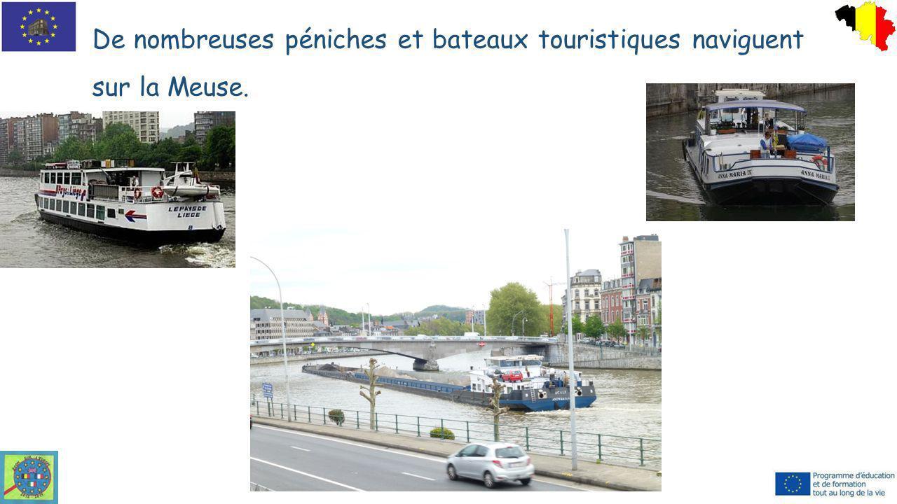 De nombreuses péniches et bateaux touristiques naviguent sur la Meuse. Le pont des Arches