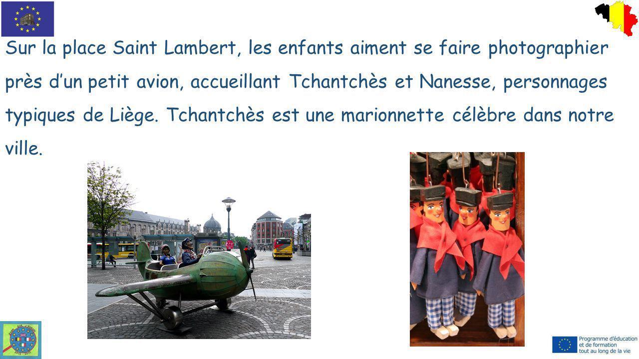 Sur la place Saint Lambert, les enfants aiment se faire photographier près d'un petit avion, accueillant Tchantchès et Nanesse, personnages typiques d