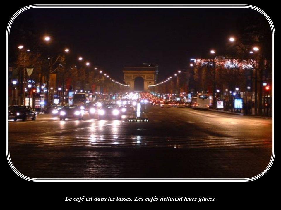 Il est cinq heures. Paris s'éveille. Paris s'éveille.