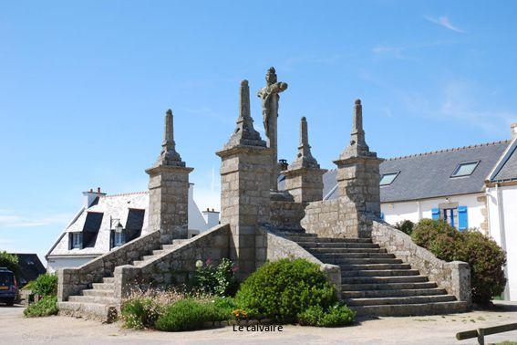 La chapelle, la fontaine en bas de la chapelle de St Cado : la croix (fontaine).