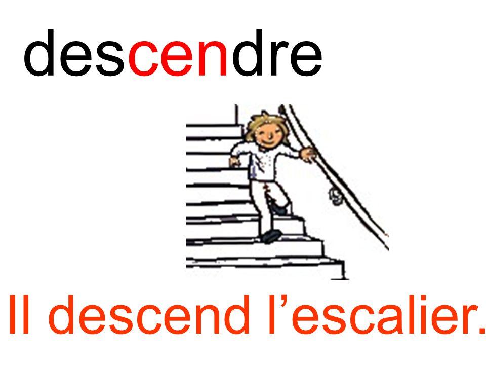 descendre Il descend l'escalier.