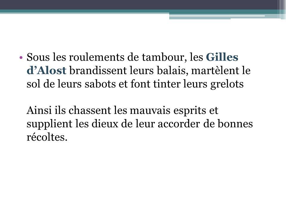 Sous les roulements de tambour, les Gilles d'Alost brandissent leurs balais, martèlent le sol de leurs sabots et font tinter leurs grelots Ainsi ils c