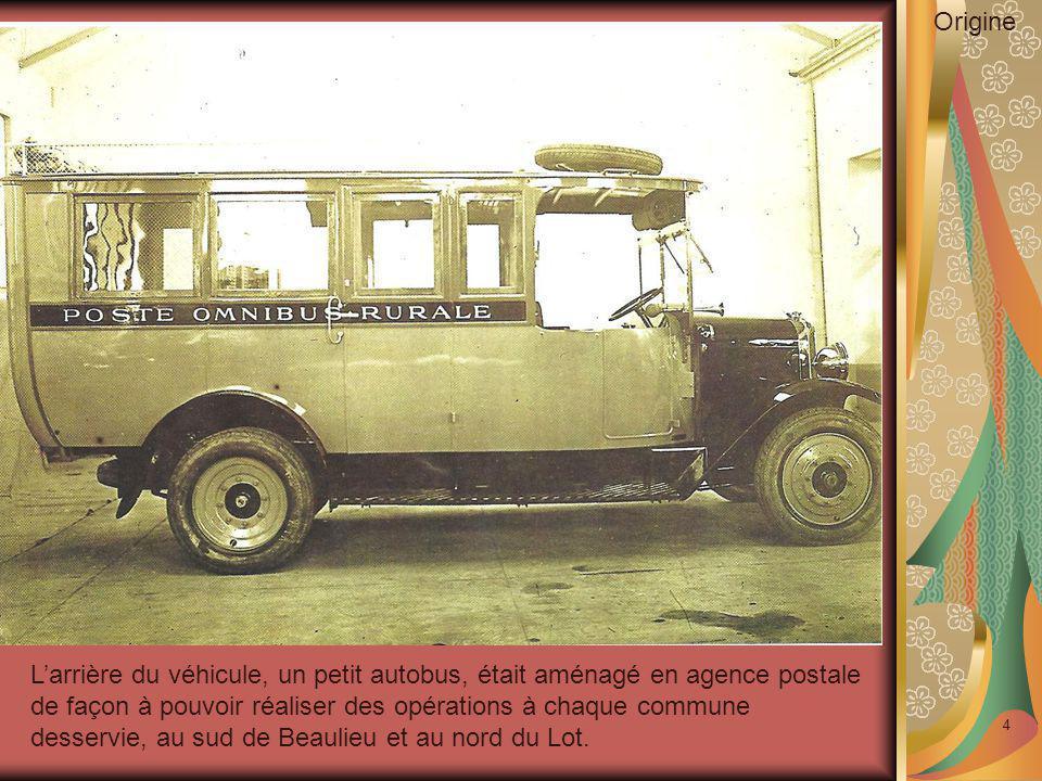 4 L'arrière du véhicule, un petit autobus, était aménagé en agence postale de façon à pouvoir réaliser des opérations à chaque commune desservie, au s