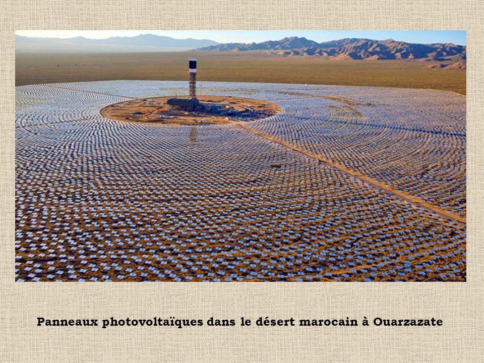 Panneaux photovoltaïques dans le désert marocain à Ouarzazate