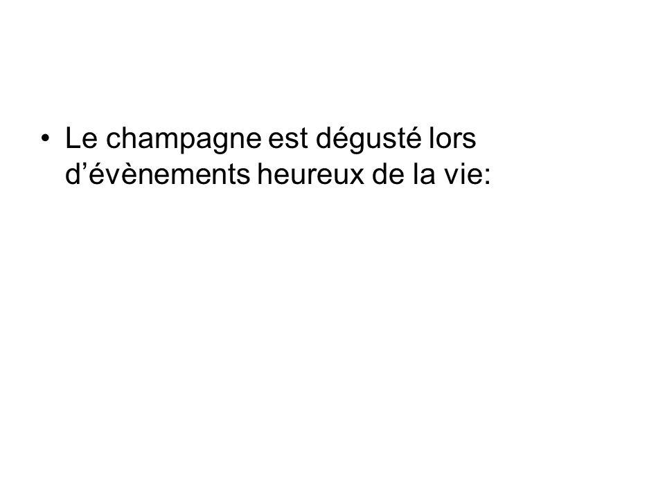 Le champagne est dégusté lors d'évènements heureux de la vie: