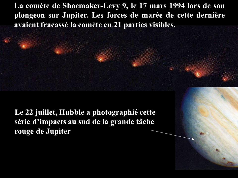 La comète de Shoemaker-Levy 9, le 17 mars 1994 lors de son plongeon sur Jupiter. Les forces de marée de cette dernière avaient fracassé la comète en 2
