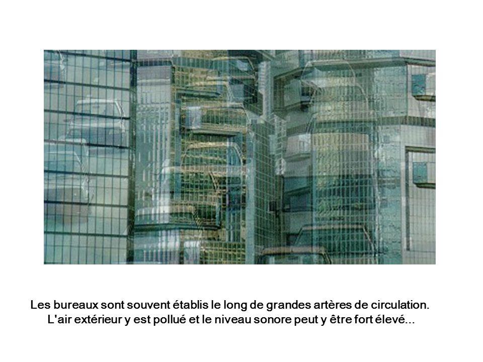 Les bureaux sont souvent établis le long de grandes artères de circulation. L'air extérieur y est pollué et le niveau sonore peut y être fort élevé...