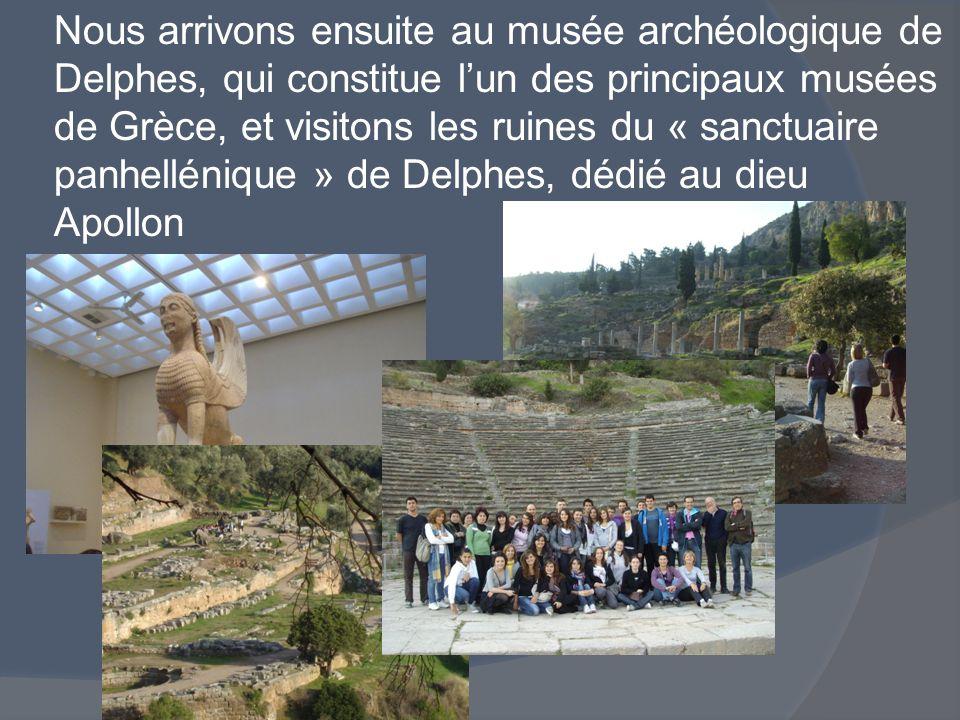 Nous arrivons ensuite au musée archéologique de Delphes, qui constitue l'un des principaux musées de Grèce, et visitons les ruines du « sanctuaire panhellénique » de Delphes, dédié au dieu Apollon