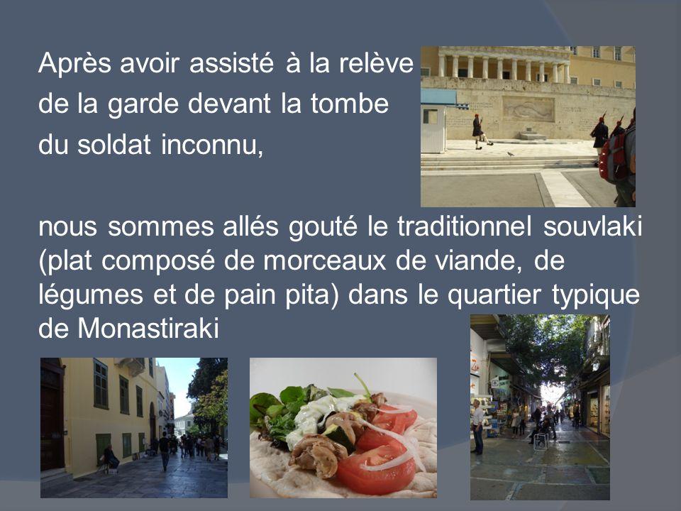 Après avoir assisté à la relève de la garde devant la tombe du soldat inconnu, nous sommes allés gouté le traditionnel souvlaki (plat composé de morceaux de viande, de légumes et de pain pita) dans le quartier typique de Monastiraki