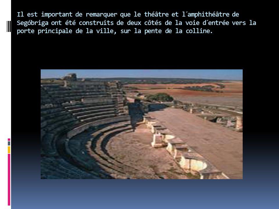 Il est important de remarquer que le théâtre et l´amphithéâtre de Segóbriga ont été construits de deux côtés de la voie d´entrée vers la porte princip