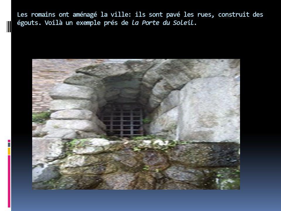 Les romains ont aménagé la ville: ils sont pavé les rues, construit des égouts. Voilà un exemple prés de la Porte du Soleil.