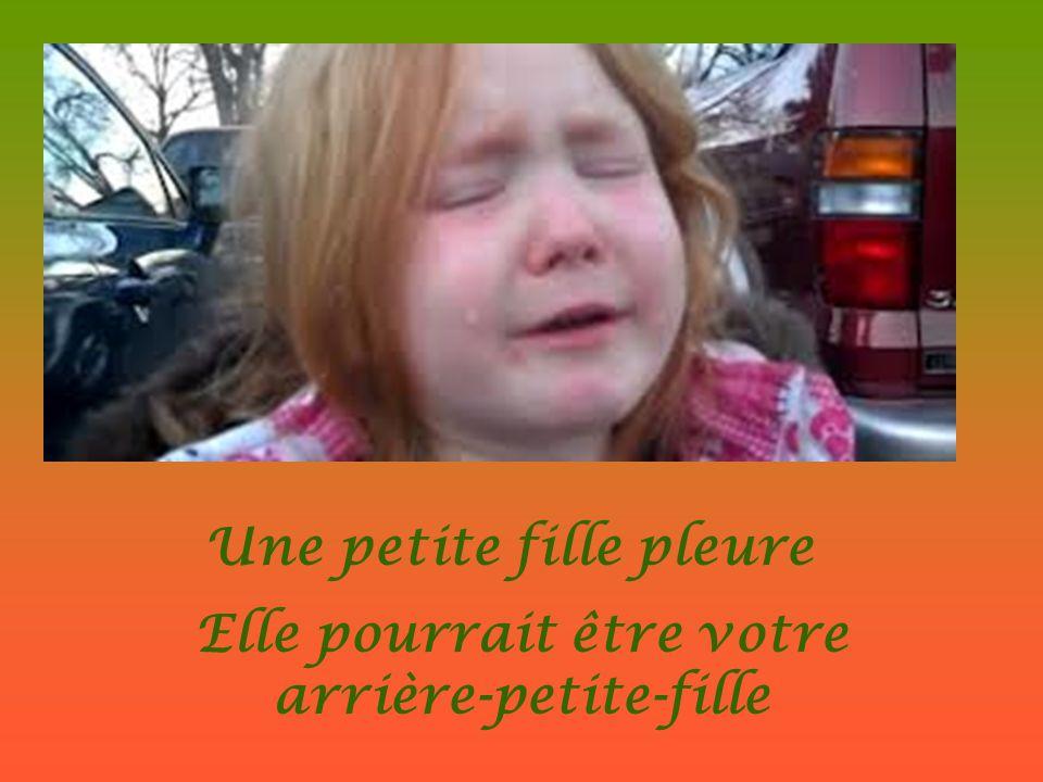 Une petite fille pleure Elle pourrait être votre arrière-petite-fille