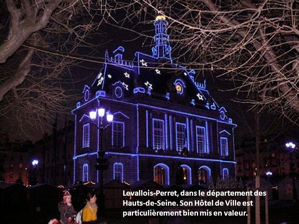 Saint-Germain-en-Laye parée d or en cette période de fin d année.