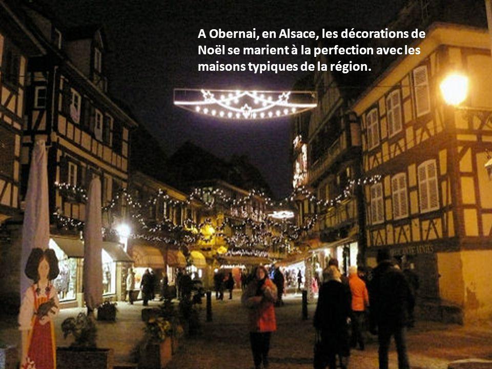 L'une des rues animées de Montbéliard, en Franche-Comté, habitée de coeurs pour un véritable esprit de Noël...