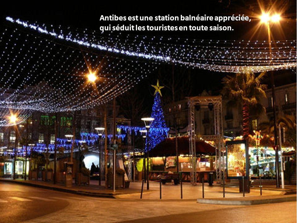 Saverne, dans le Bas-Rhin, en Alsace, fête Noël sous une pluie d étoiles bleues.