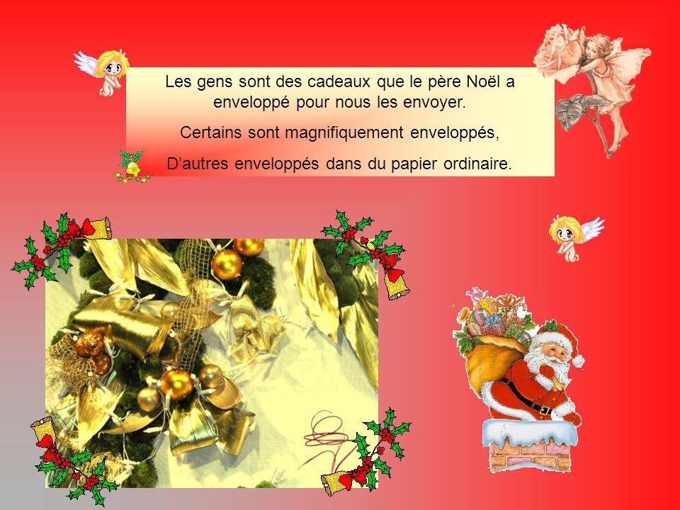 Les gens sont des cadeaux que le père Noël a enveloppé pour nous les envoyer.