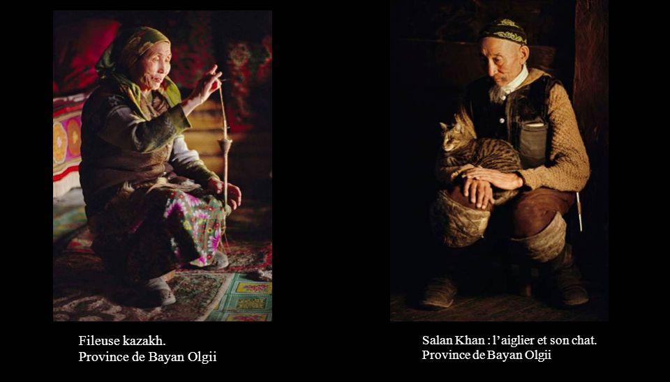 Femmes kazakhs brodant des feutres. Province de Bayan Olgii (Altaï mongol).