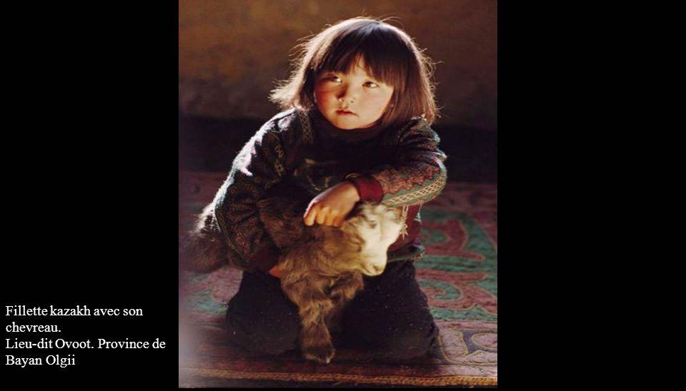 Fileuse kazakh. Province de Bayan Olgii Salan Khan : l'aiglier et son chat. Province de Bayan Olgii
