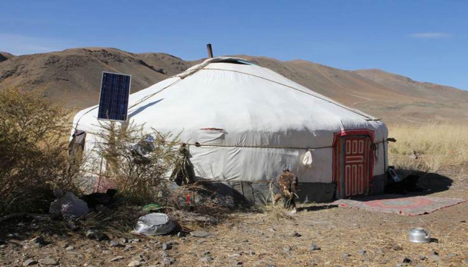Fillette kazakh avec son chevreau. Lieu-dit Ovoot. Province de Bayan Olgii