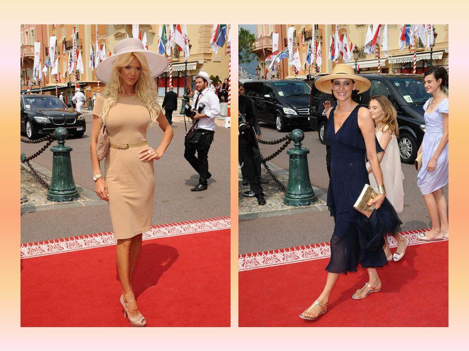 Une longue file d'invités, au chapeau les plus extravagants pour les femmes et le plus souvent en jaquette pour les hommes, ont foulé le tapis rouge p