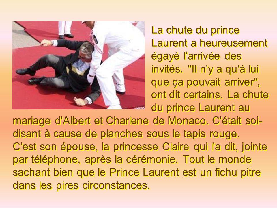 En arrivant à la cérémonie, le Prince Laurent s est pris les pieds dans le tapis rouge.