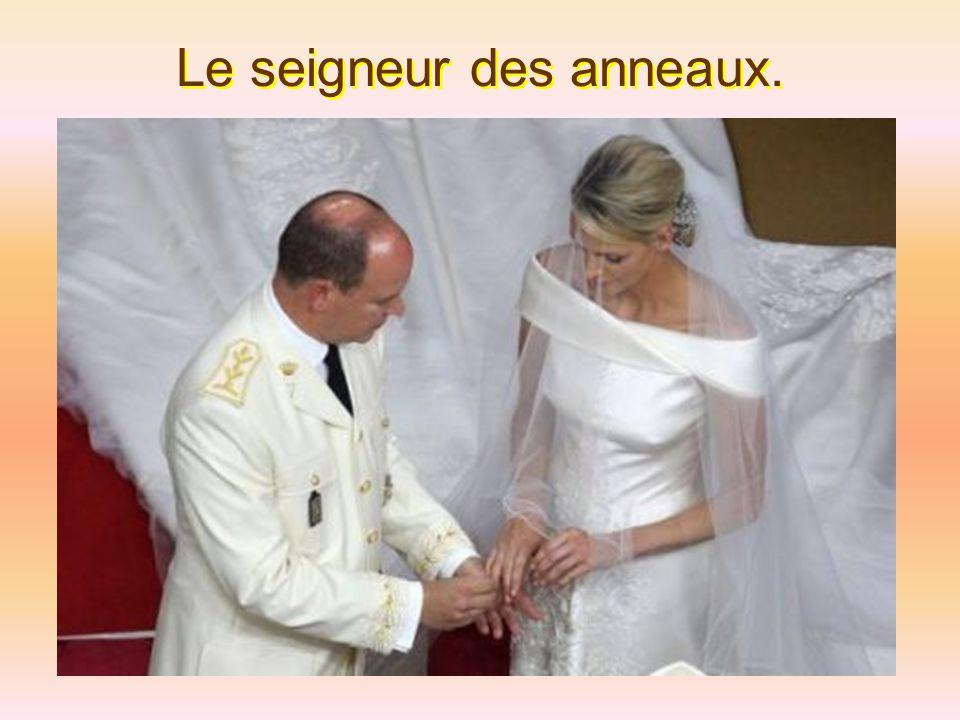 Des milliers de Monégasques très enthousiastes ont assisté à l'événement imperturbable devant le baiser de la mariée.