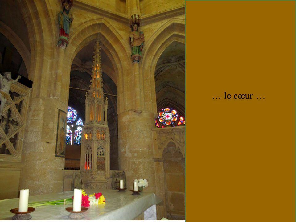 Pavillon aux couleurs pontificales et tintinnabules.