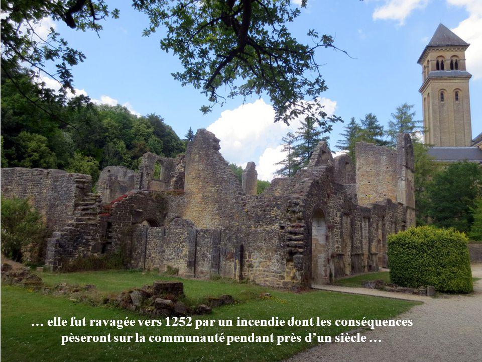 … pendant le XIIe siècle, l'abbaye semble avoir été prospère, dès le milieu du siècle suivant, les calamités seront souvent son lot pour de longues pé