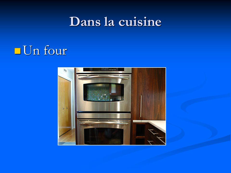 Dans la cuisine Un four à micro-ondes Un four à micro-ondes