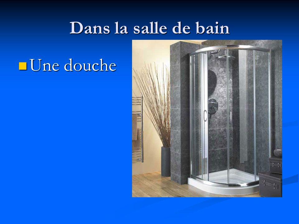 Dans la salle de bain Une glace Une glace