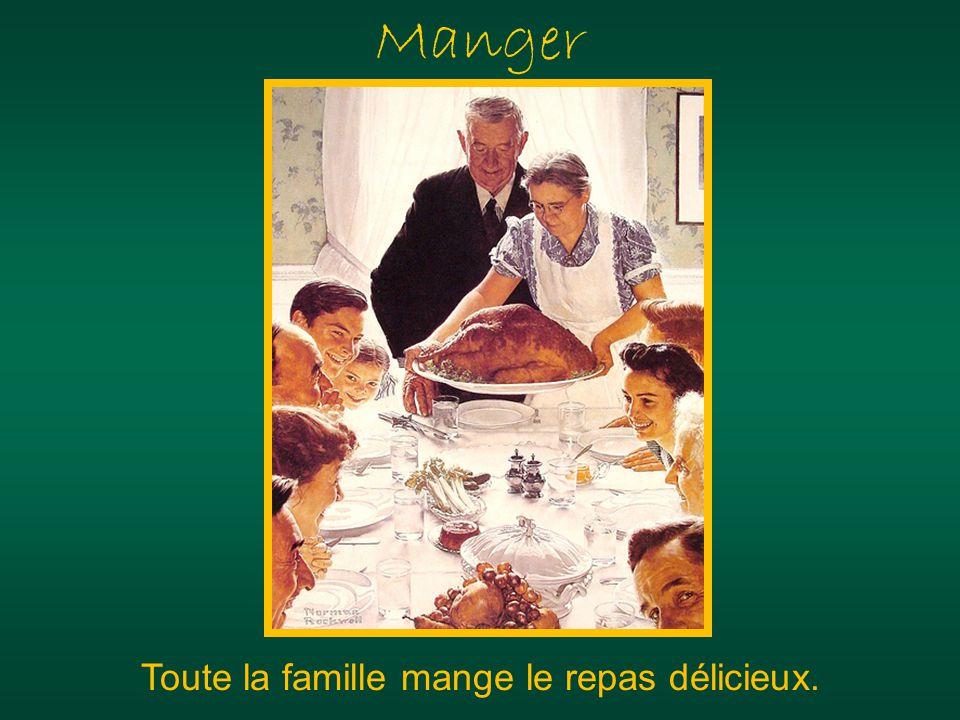 Manger Toute la famille mange le repas délicieux.