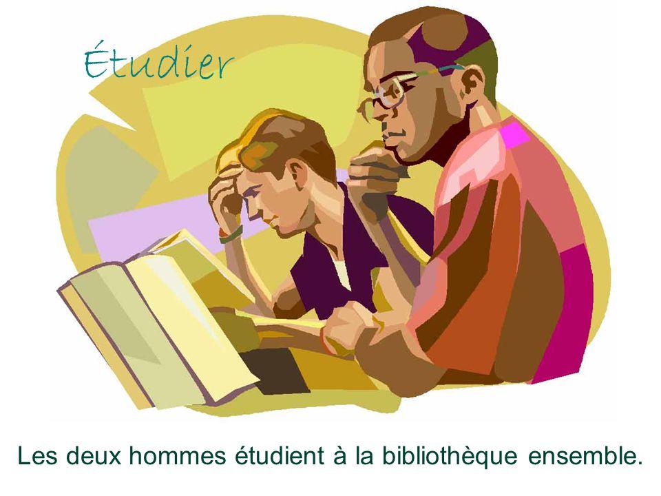 Étudier Les deux hommes étudient à la bibliothèque ensemble.