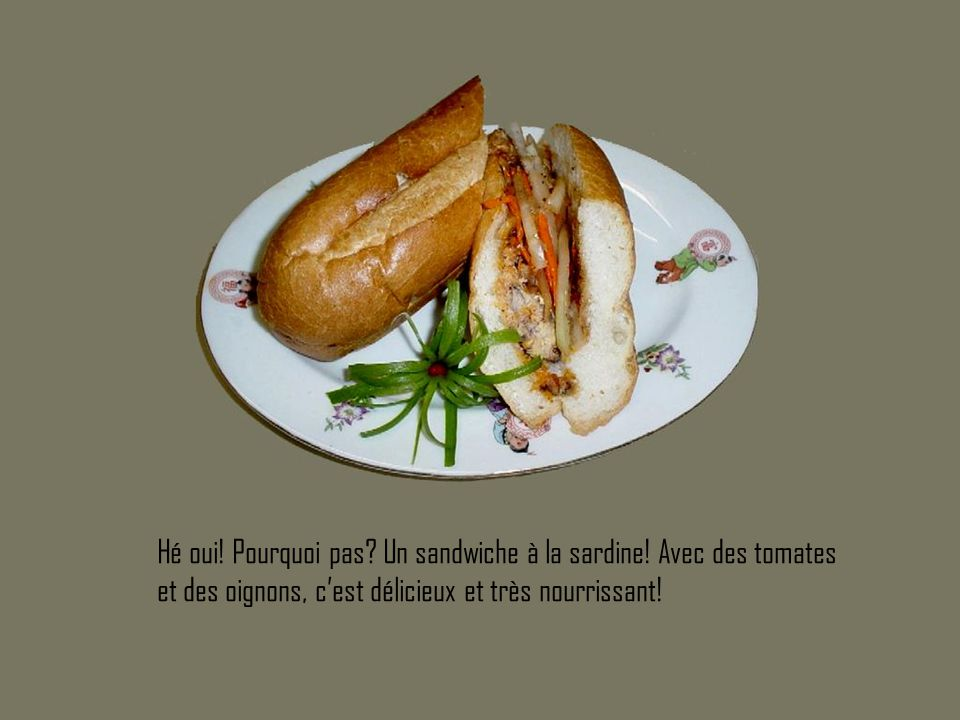 Hé oui! Pourquoi pas? Un sandwiche à la sardine! Avec des tomates et des oignons, c'est délicieux et très nourrissant!
