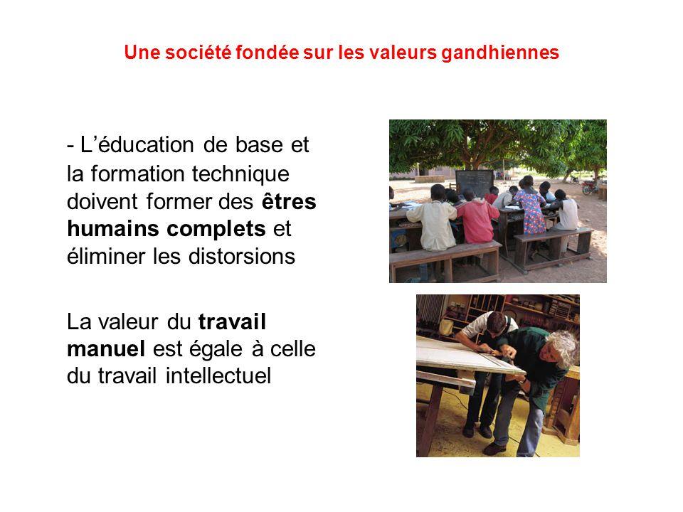 Une société fondée sur les valeurs gandhiennes - L'éducation de base et la formation technique doivent former des êtres humains complets et éliminer les distorsions La valeur du travail manuel est égale à celle du travail intellectuel