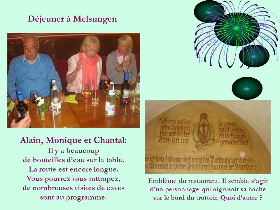 Déjeuner à Melsungen Alain, Monique et Chantal: Il y a beaucoup de bouteilles d'eau sur la table.