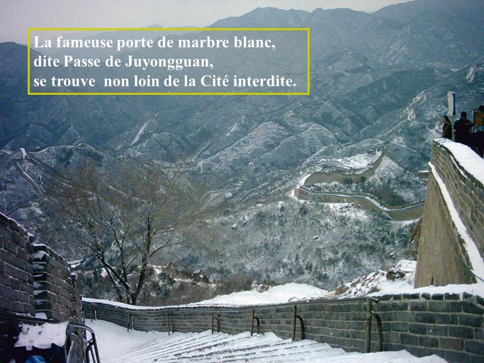 La fameuse porte de marbre blanc, dite Passe de Juyongguan, se trouve non loin de la Cité interdite.