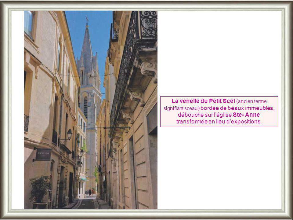 Quartier de l'Ancien Courrier: on accède à la ruelle du « Bras-de-Fer » par un bel arc gothique. On en trouve aussi rues Voltaire et Jacques-Cœur.