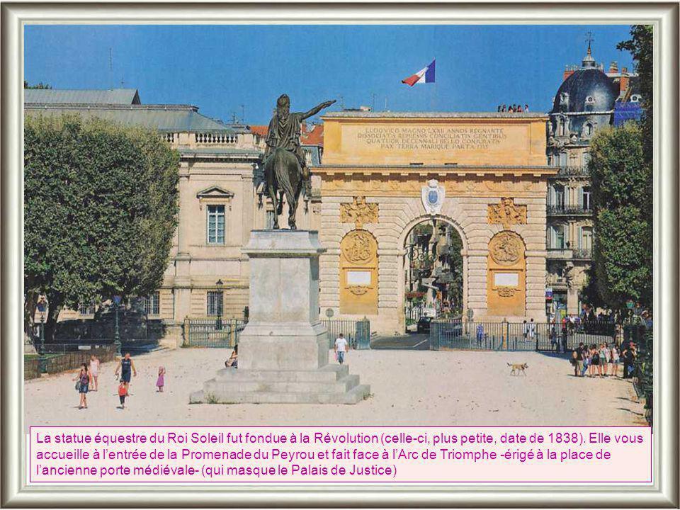 Rue caractéristique du sud de France avec ses descentes d'eaux pluviales, ses balcons en fonte coulée et ses noirs lampadaires, la Rue des Anciennes Arènes mène à l'Eglise Saint Jacques...