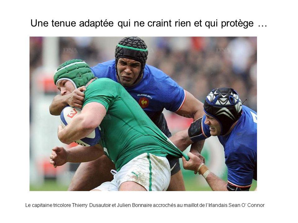Une tenue adaptée qui ne craint rien et qui protège … Le capitaine tricolore Thierry Dusautoir et Julien Bonnaire accrochés au maillot de l'Irlandais