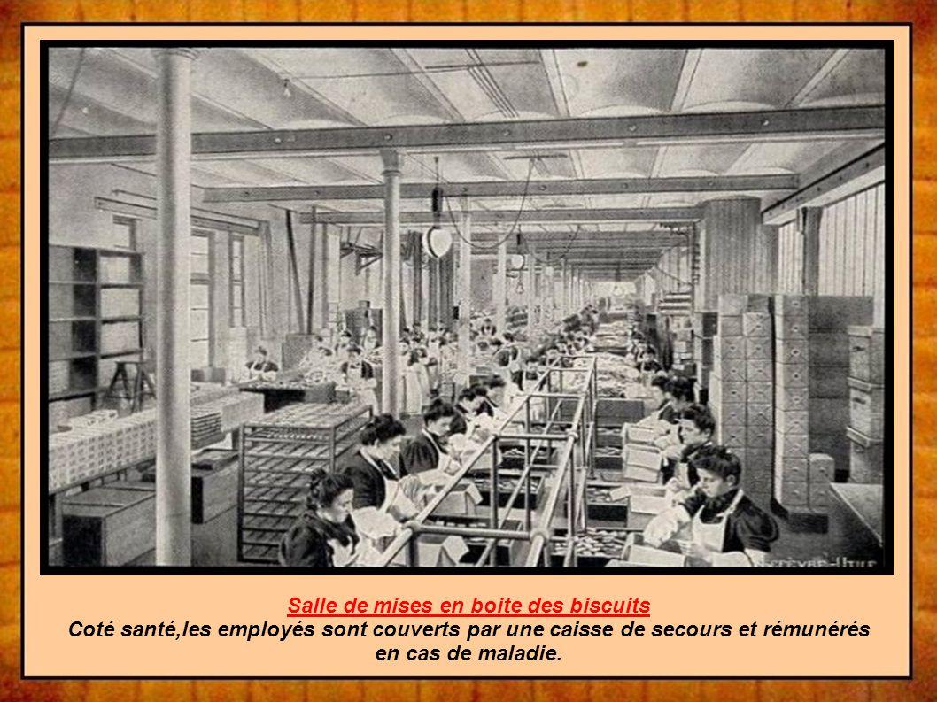 Salle de mises en boite des biscuits Coté santé,les employés sont couverts par une caisse de secours et rémunérés en cas de maladie.