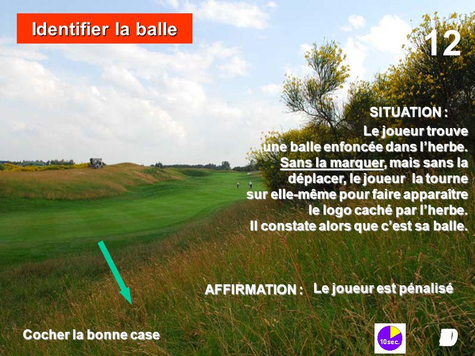 Le joueur trouve une balle enfoncée dans l'herbe. Sans la marquer, mais sans la déplacer, le joueur la tourne sur elle-même pour faire apparaître le l